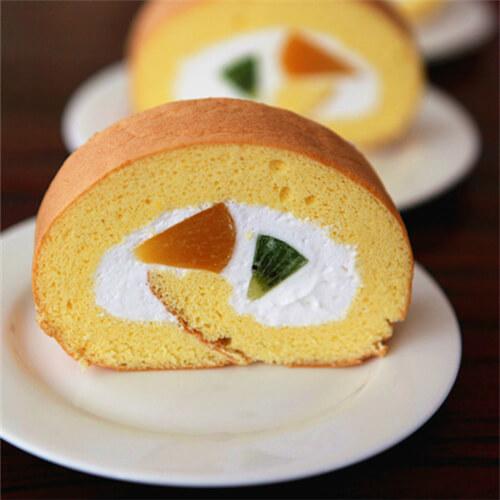 香甜可口的奶油水果蛋糕卷