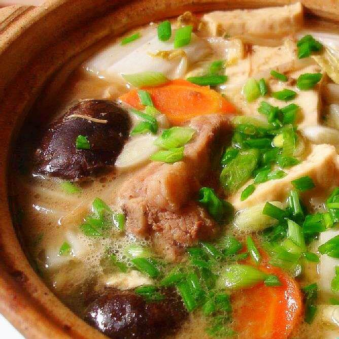 美味的鸡翼菜龙骨汤