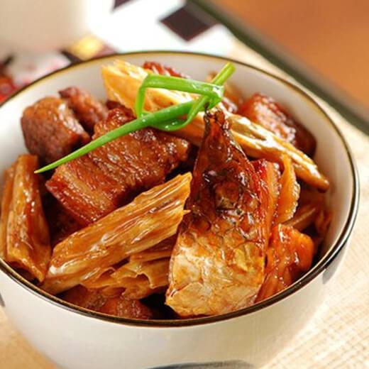 美味的剁椒炒腊鱼