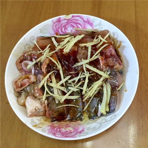 紫苏榨菜蒸鱼块
