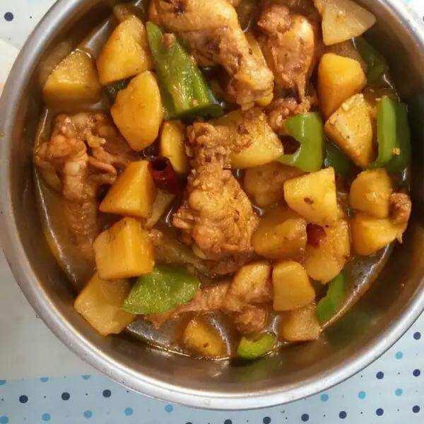 土豆块炖鸡肉
