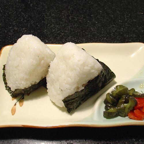 美味的红粳米肉松饭团