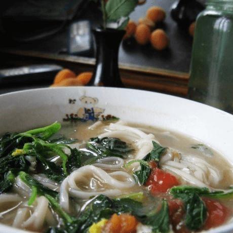 营养丰富的野菜热汤面