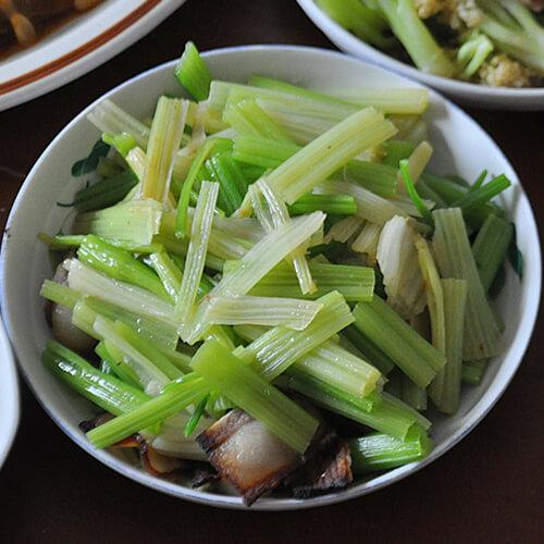 腊八蒜腊肉炒芹菜