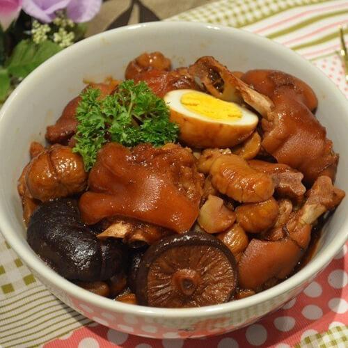 美味的鸡蛋章鱼香菇卤猪蹄