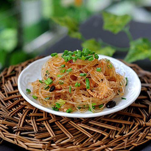 美味的鸡胸肉炒绿豆粉丝