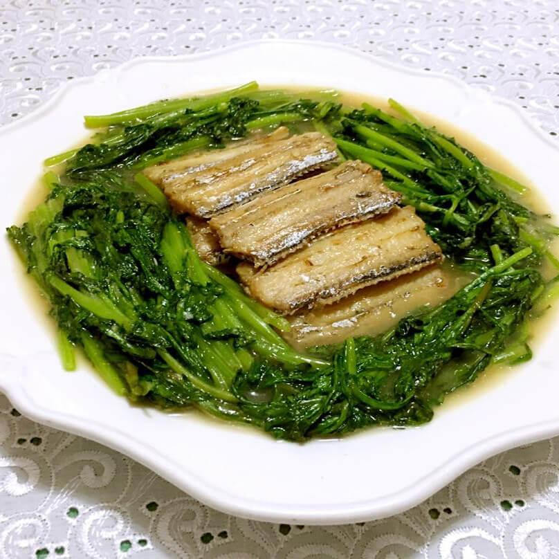 美味的刀鱼炖茼蒿