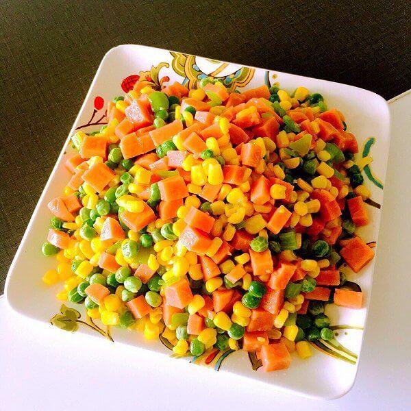 好吃的胡萝卜玉米粒炒鸡肉