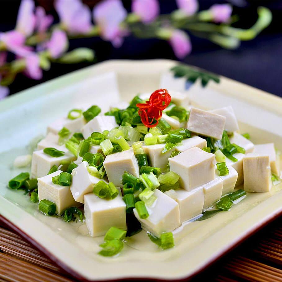 美味的凉拌小葱豆腐