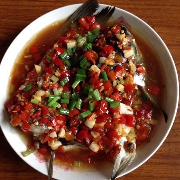 美味的剁辣椒蒸鲫鱼