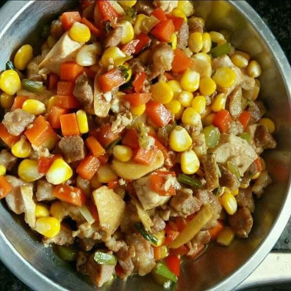 美味的胡萝卜玉米粒炒鸡肉