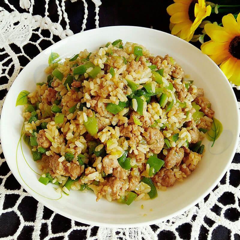 美味的青椒肉末豆腐炒饭