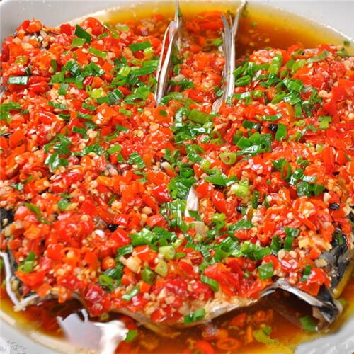 美味的剁椒豆豉蒸鱼头