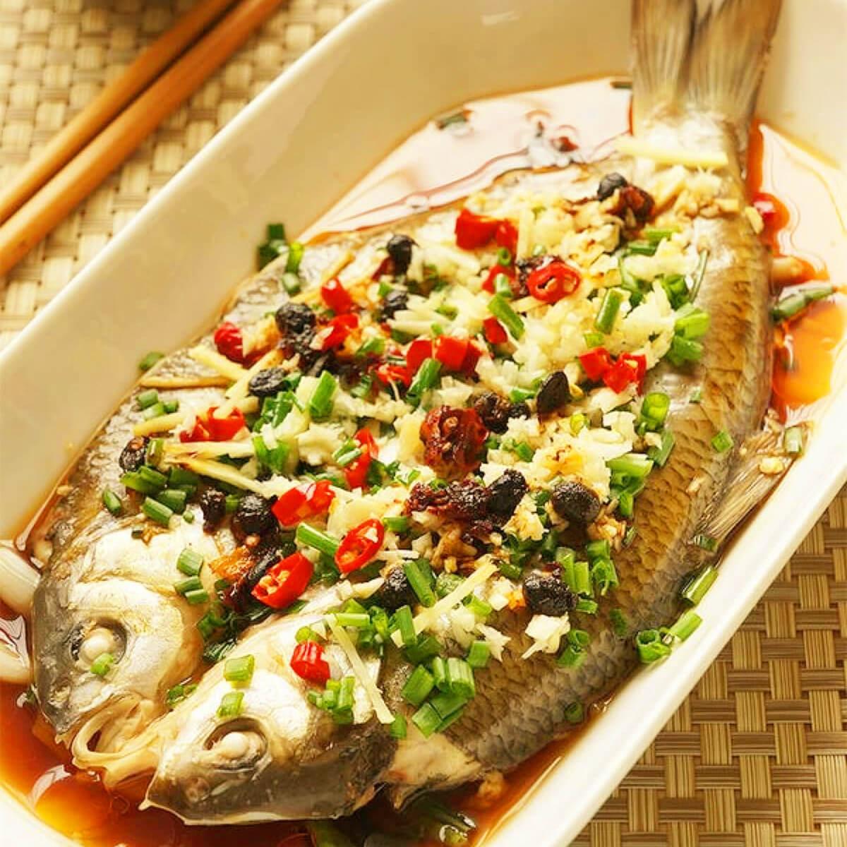 美味的辣椒煮蒸鱼