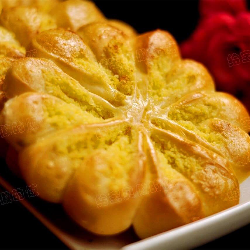 诱人的椰蓉花形面包