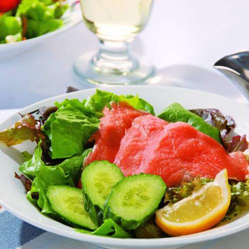 西餐三文鱼水果沙拉