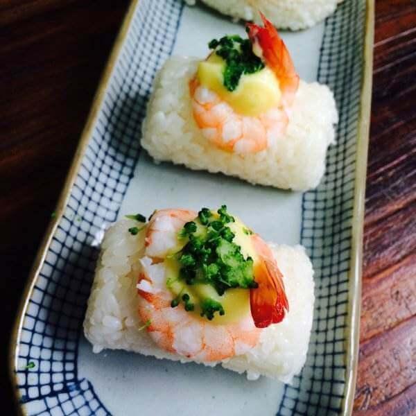 好吃的鲜虾沙拉寿司