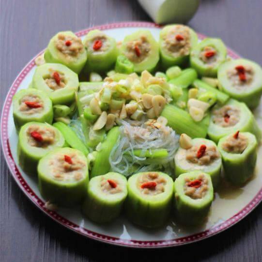 可口的酿黄瓜配蒸丝瓜