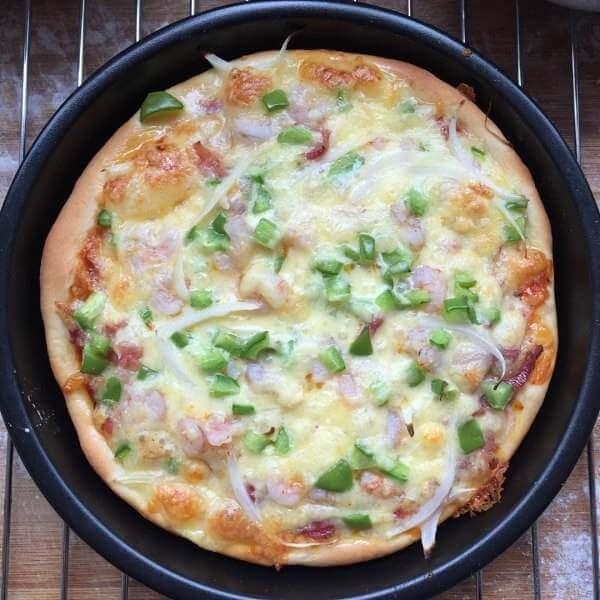 健康美食之芝士虾仁培根披萨