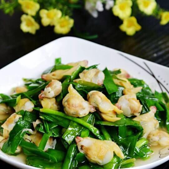 新鲜的白蛤蜊炒韭菜
