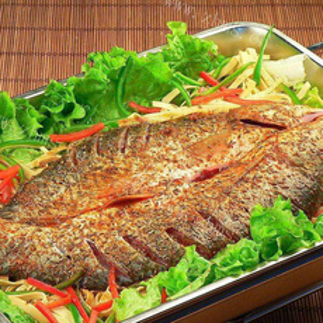 精美的炒锅自制烤鱼