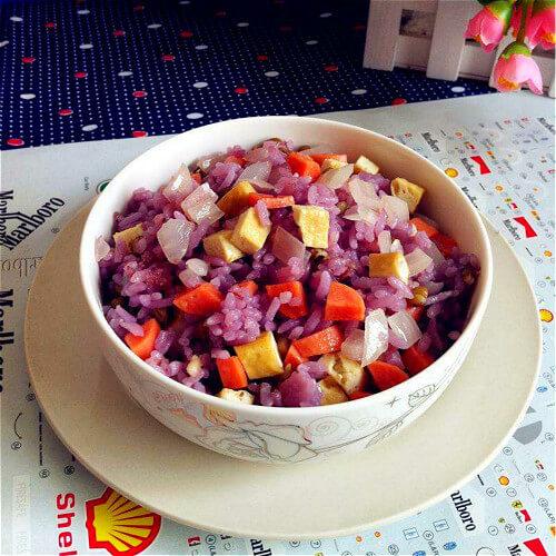 让人迷恋的洋葱腊肠紫米饭