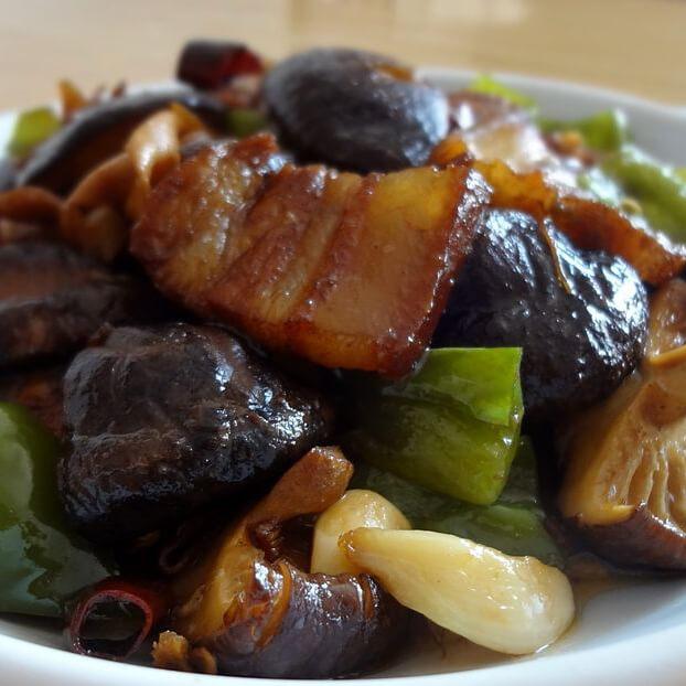 美味的土豆香菇烧肉块
