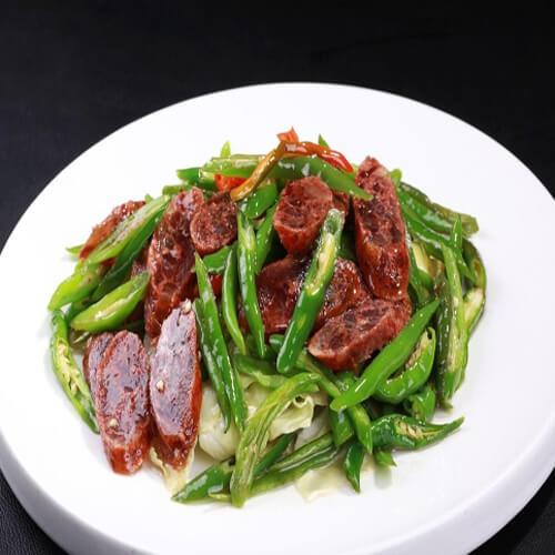腊肠炒卷心菜
