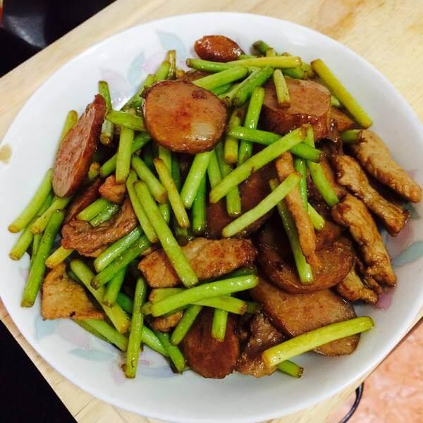 好吃的蒜苔香煎肉