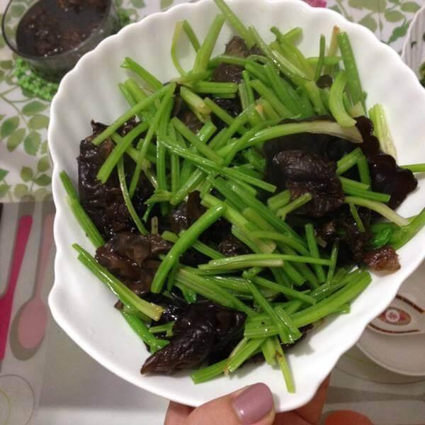 芹菜炒黑木耳
