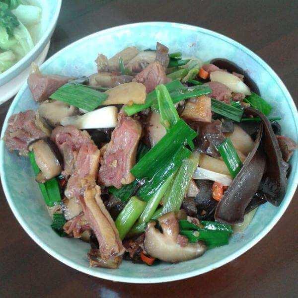 美味的腊鸭腿焖春笋