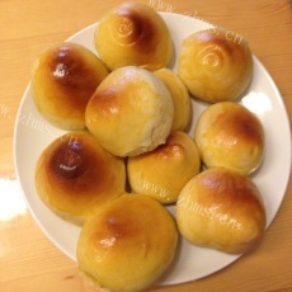 浓香的杏仁葡萄干小面包