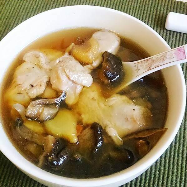 美味的酸辣柴鸡炖香菇
