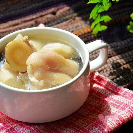 白芷芋头猪蹄汤