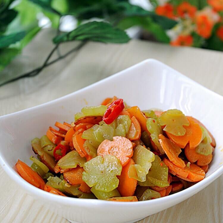 美味可口的花片胡萝卜炒莴笋