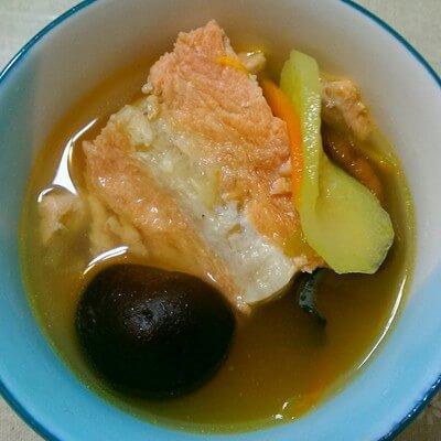 鲜美的白玉菇炖三文鱼骨