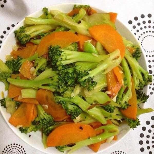 胡萝卜片炒西兰花