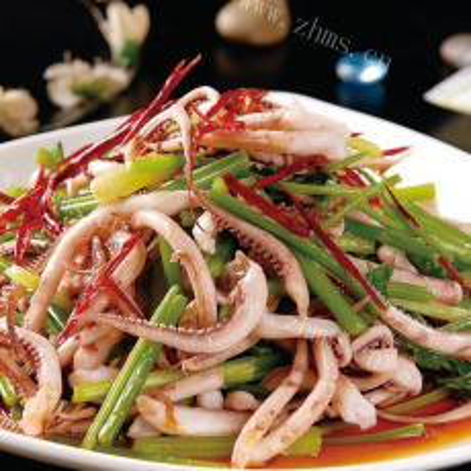 美味的鲜鱿鱼炒芹菜