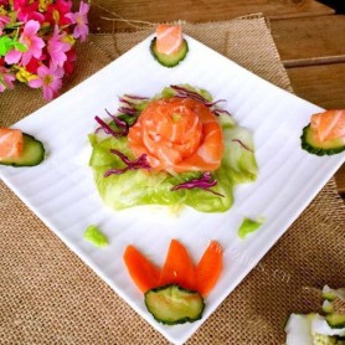 三文鱼刺身配酸辣包菜