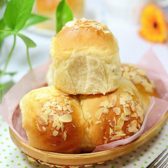 香甜柔软的杏仁葡萄干小面包