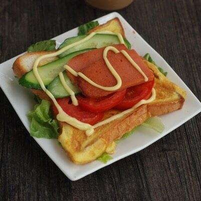 松软的番茄鸡蛋三明治
