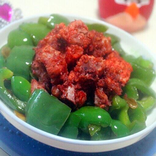 美味的粉蒸排骨拌青椒