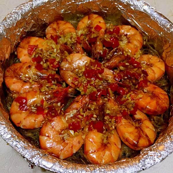 芳香四溢的蒜蓉粉丝烤虾