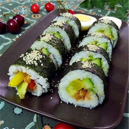 好吃的牛油果黄瓜寿司