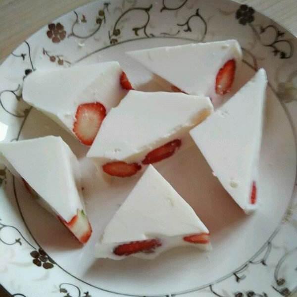 草莓炼乳椰蓉奶糕