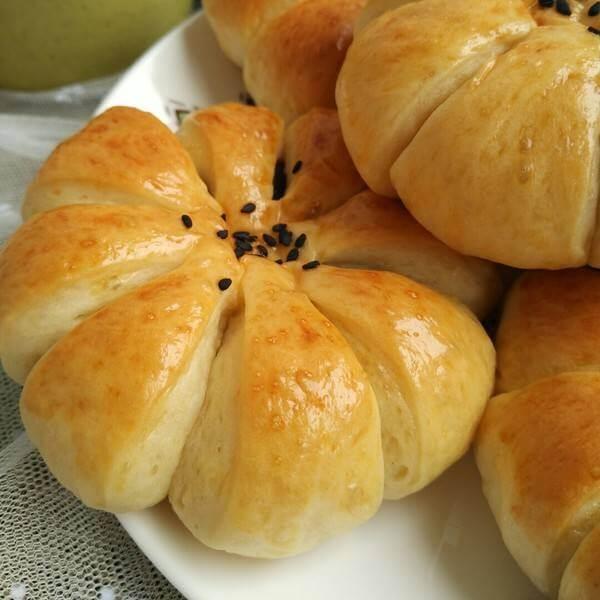 桑葚果酱花朵面包