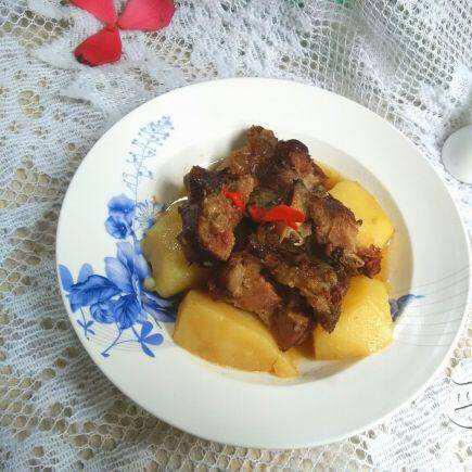 自己做的土豆焖腊排骨