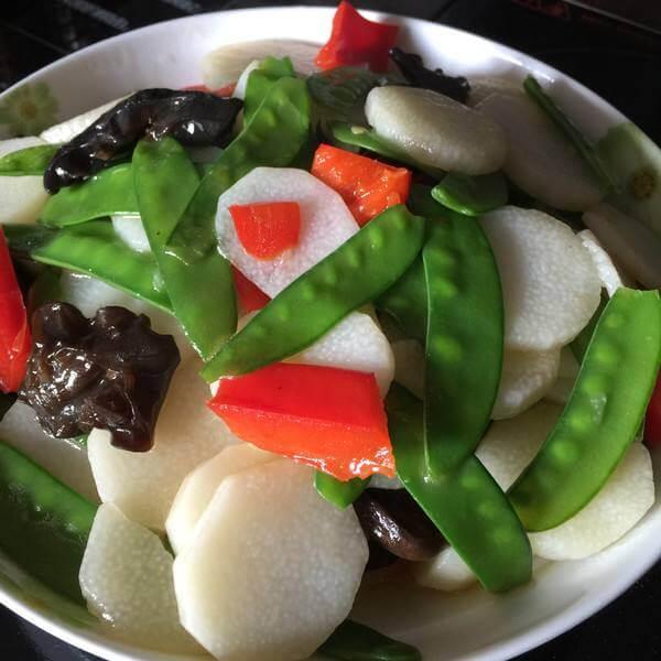 木耳鱼糕炒荷兰豆