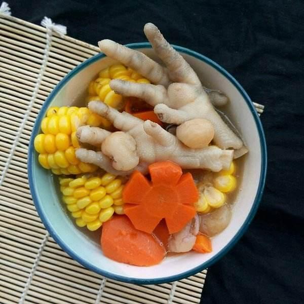 鸡爪炖玉米
