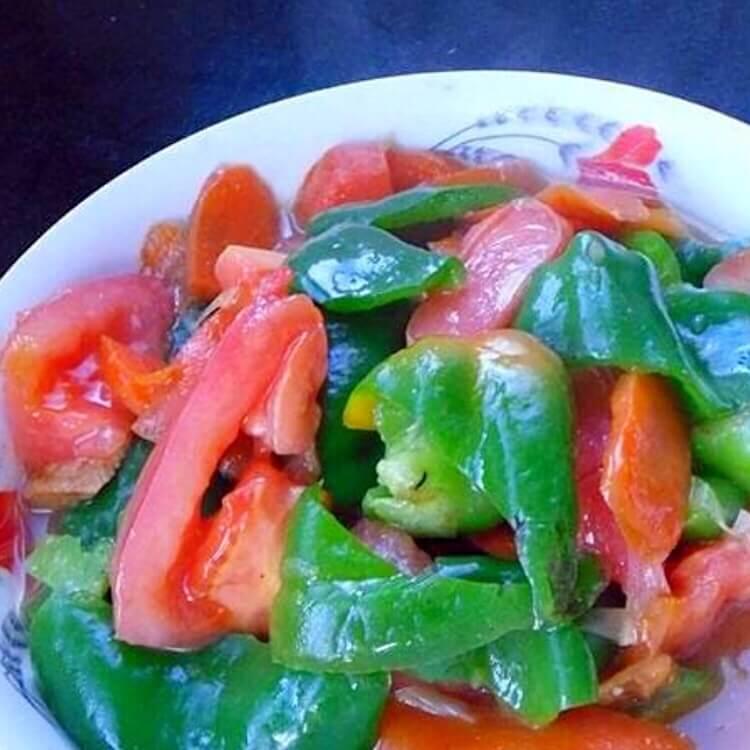 家常青椒片炒番茄
